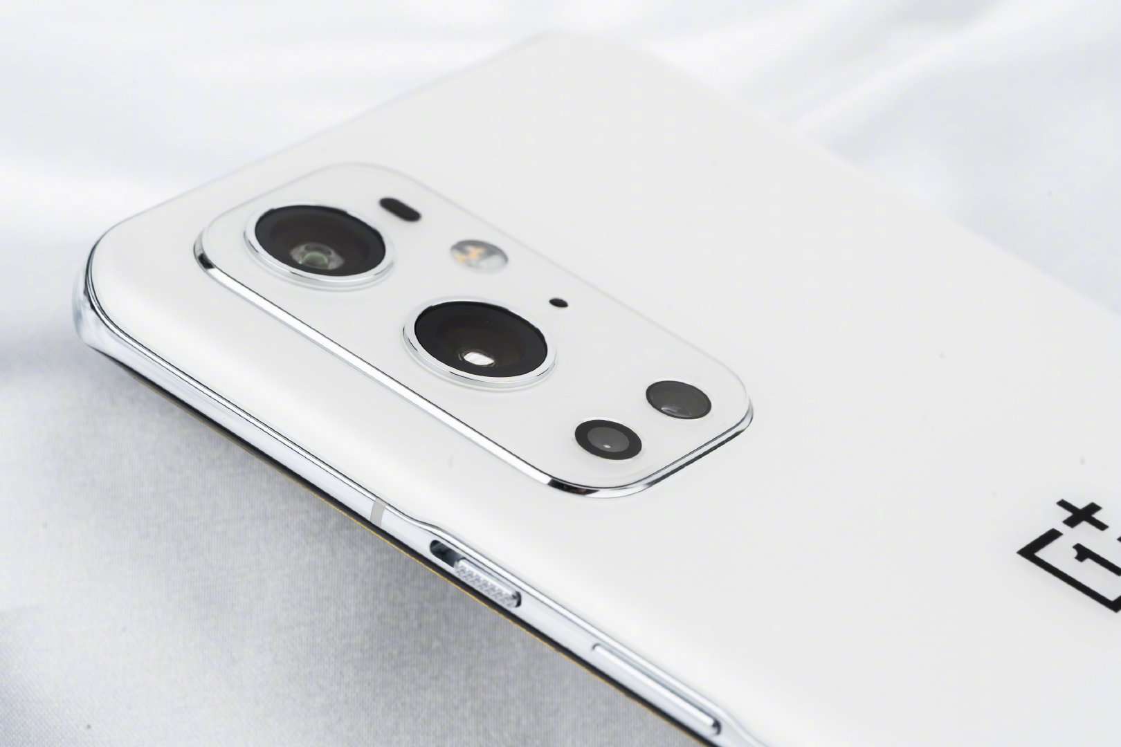 OnePlus visar upp vita OnePlus 9 Pro
